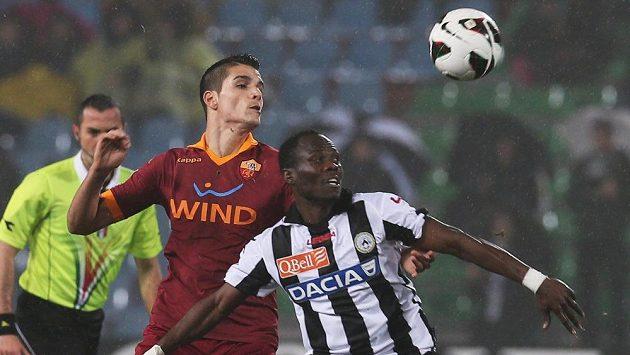 Emmanuel Badu z Udinese (vpravo) si kryje míč před Erikem Lamelou z AS Řím.