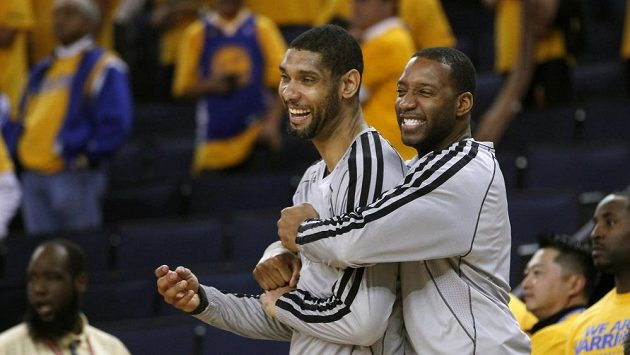 Basketbalisté San Antonia Tracy McGrady (vpravo) a Tim Duncan