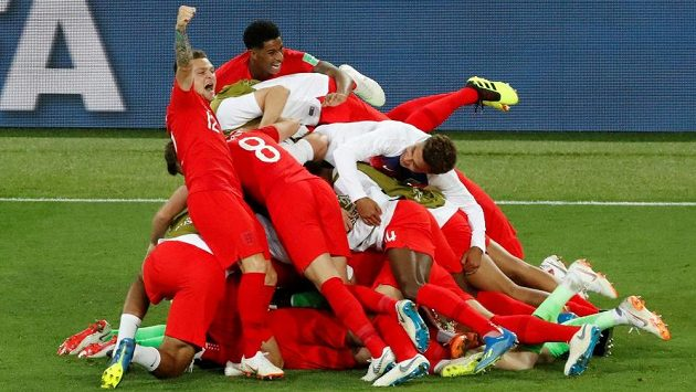 Radost anglických fotbalistů po vítězném penaltovém dramatu s Kolumbií.