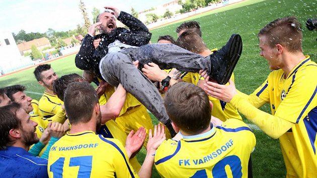 Fotbalisté Varnsdorfu se radují z postupu do první ligy, hobla dostává trenér Zdenko Frťala.
