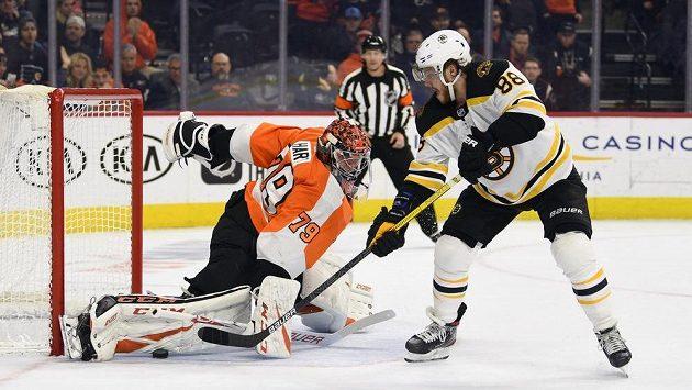 Brankář Philadelphie Flyers Carter Hart tuto šanci Davida Pastrňáka zlikvidoval, nakonec ho však nejlepší střelec tohoto ročníku NHL stejně jednou překonal.