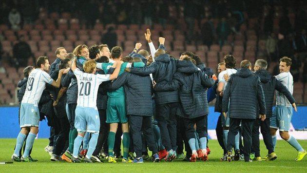 Fotbalisté Lazia Řím slaví postup do finále Italského poháru.