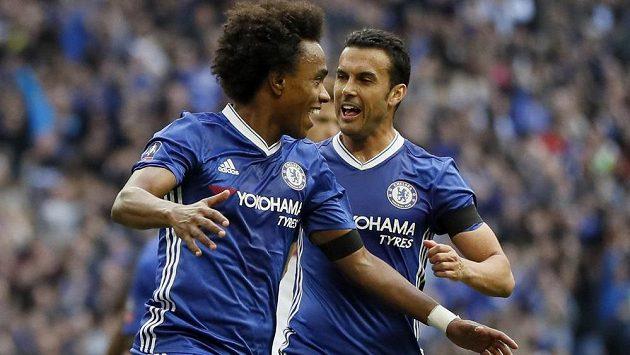 Willian (vlevo) a Pedro z Chelsea se radují z jednoho z gólů proti Tottenhamu.