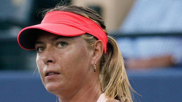 Ruska Maria Šarapovová při utkání s Jennifer Bradyovou z USA v prvním kole turneje ve Stanfordu.