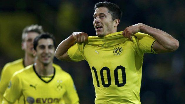 Robert Lewandowski slaví svůj stý gól v dresu Borussie, jímž pomohl týmu do finále Německého poháru.