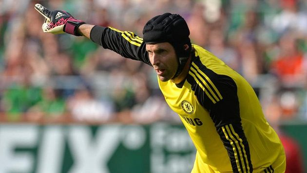 Brankář Petr Čech byl deset let jedničkou Chelsea. Teď o své místo tvrdě bojuje s Belgičanem Courtoisem.