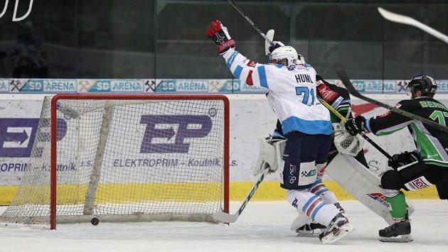 Ivan Huml z Chomutova střílí druhý gól v rozhodujícícm utkání předkola play off hokejové extraligy proti Mladé Boleslavi.