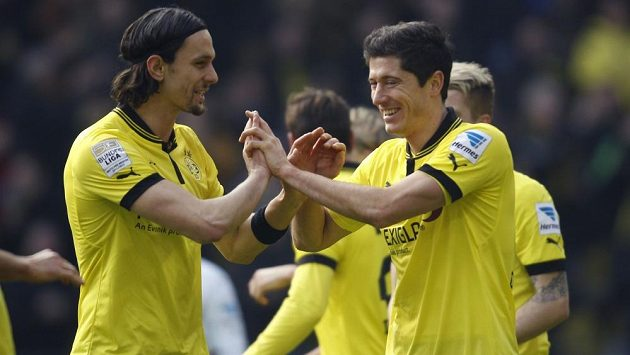 Neven Subotič (vlevo) a Robert Lewandowski z Borussie Dortmund se radují z ligové výhry nad Hannoverem.