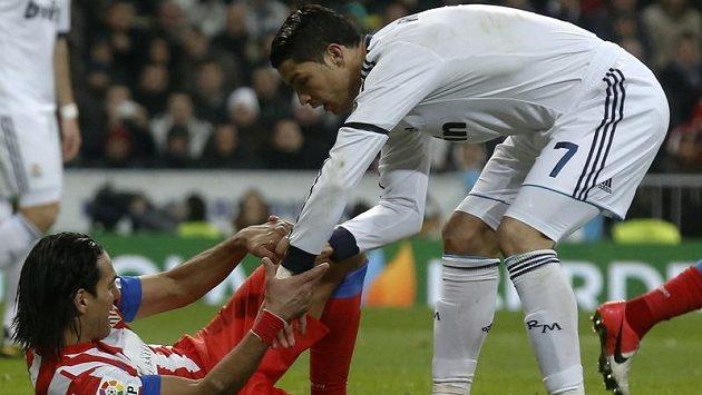 V derby Realu a Atlétika Madrid měl Cristiano Ronaldo (vpravo) navrch nad kanonýrem hostů Radamelem Falcaem