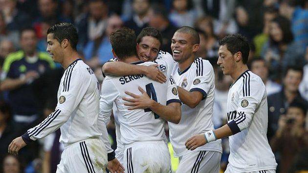 Gonzalo Higuaín slaví se spoluhráči z Realu gól proti celtě Vigo.