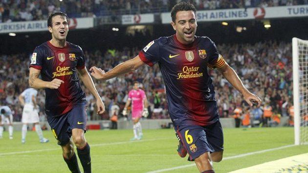 Hráči Barcelony Xavi Hernandéz (vpravo) a Cesc Fábregas slaví vstřelený gól do sítě Granady.