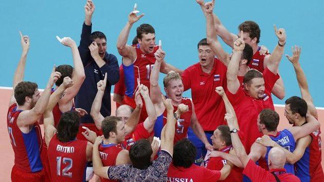 Ruští volejbalisté otočili zápas s Brazílií a radují se ze zisku zlatých medailí.