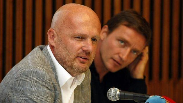 Trenér fotbalové reprezentace Michal Bílek (vlevo) a manažer národního celku Vladimír Šmicer před úvodním utkáním kvalifikace o postup na mistrovství světa v Dánsku.