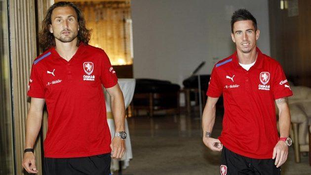 Záložník fotbalové reprezentace Petr Jiráček (vlevo) a jeho spoluhráč Milan Petržela před úvodním utkáním kvalifikace o postup na mistrovství světa v Dánsku.