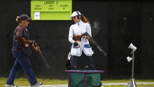 Kimberly Rhodeová (vlevo) prochází kolem Slovenky Danky Bartekové ve finále střelby na skeet.
