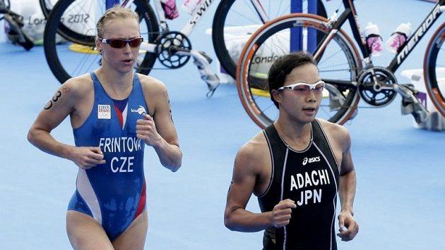 Vendula Frintová (vlevo) a Japonka Mariko Adačiová na olympijské trati.