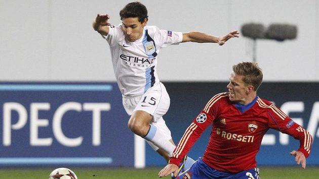 Pontus Wernbloom z CSKA Moskva (vpravo) v souboji s Jesusem Navasem z Manchesteru City.