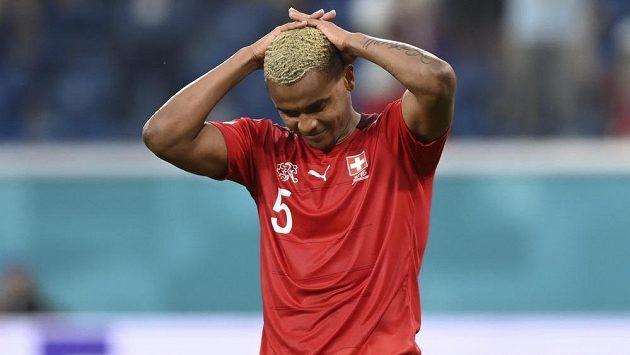 Zklamaný švýcarský fotbalista Manuel Akanji, jeho tým nezvládl ve čtvrtfinále EURO penaltový rozstřel se Španělskem.