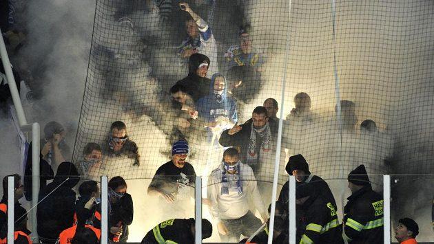 Řádění brněnských fanoušků před začátkem utkání.