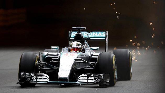 Pilot Mercedesu Lewis Hamilton při tréninku na trati v Monte Carlu.
