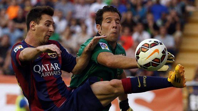 Barcelonský Lionel Messi (vlevo) si ročně přijde nejméně na 20 milionů eur. To brankář Vallecana Tono Rodríguez vydělá výrazně méně..