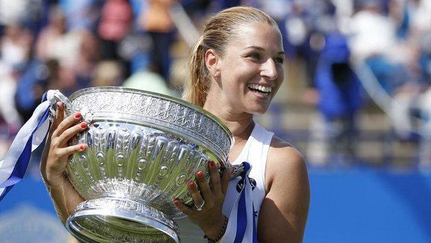 Slovenská tenistka Dominika Cibulková se raduje s trofejí pro vítězku turnaje v Eastbourne.