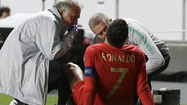 Cristiano Ronaldo v péči lékařů portugalské reprezentace v kvalifikačním utkání proti Srbsku.