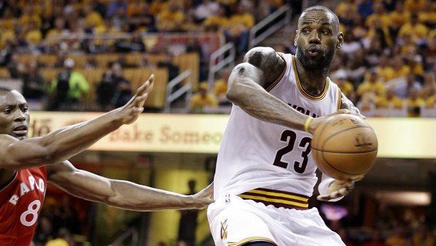 LeBron James (23) z Clevelandu v utkání s Torontem.