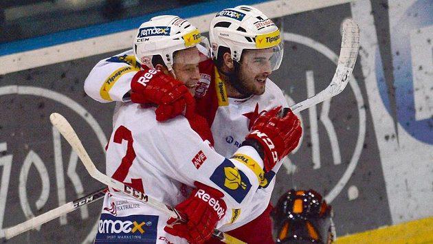 Slávista Michal Poletín (vpravo) se se spoluhráčem Pavlem Klhůfkem raduje ze svého prvního gólu proti Kladnu.