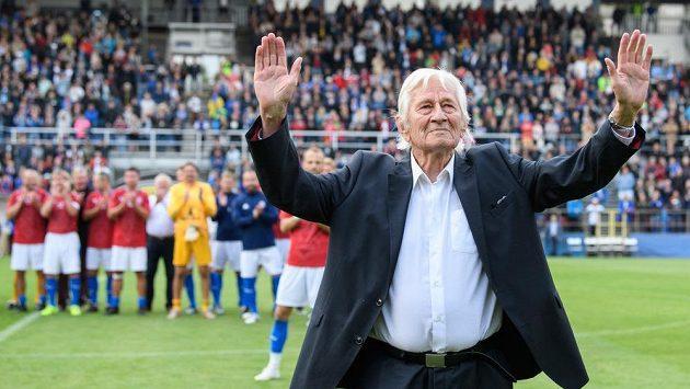 Dojatý Karel Brückner během exhibičního utkání v rámci oslavy 100 let Sigmy Olomouc.