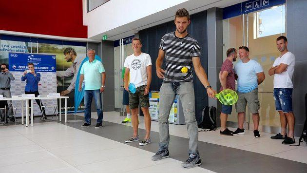 Vpředu zprava tenisté Jiří Veselý a Adam Pavlásek a nehrající kapitán českého daviscupového týmu Jaroslav Navrátil vystoupili 10. července v Třinci na tiskové konferenci k čtvrtfinálovému utkání tenisového Davisova poháru mezi týmy Česka a Francie.