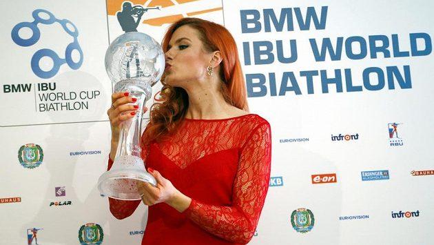 Gabriela Soukalová s cennou trofejí, velkým křišťálovým glóbem za celkový triumf ve Světovém poháru.
