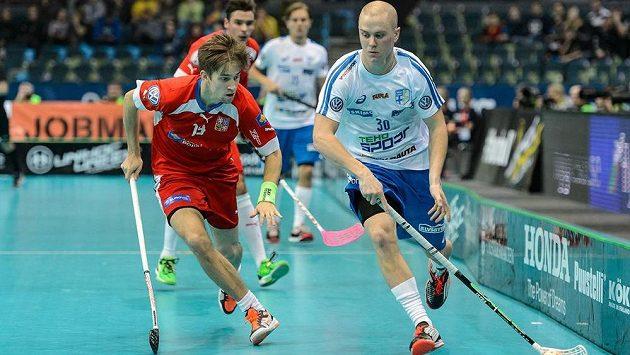 Český útočník Patrik Dóža (vlevo) v souboji s Finem Laurim Stenforsem v semifinále MS.