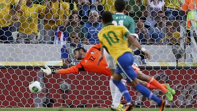 Brazilská hvězda Neymar (č. 10) otevřel skóre utkání Poháru FIFA proti Mexiku.