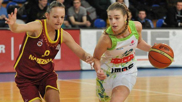 Brněnská basketbalistka Klára Křivánková (vpravo) a Jelena Kirillovová z Orenburgu v zápase Evropské ligy.