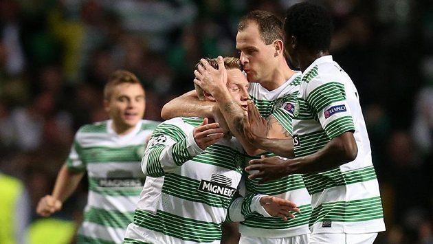 Kris Commons (vlevo) ze Celtiku Glasgow slaví gól do sítě Šachťoru Karaganda v odvetném duelu play off Ligy mistrů.