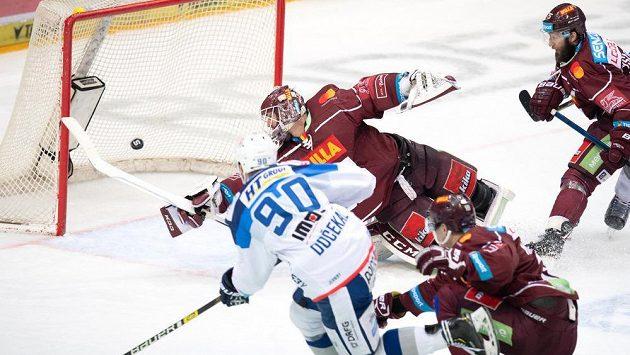 Útočník Komety Martin Dočekal překonává brankáře Sparty Matěje Machovského a střílí gól na 2:1.