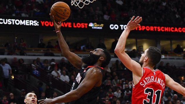 Hráče Houstonu Rockets, Jamese Hardena (vlevo), nezastavil ani Satoranský.