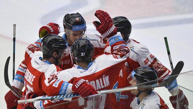 Hokejisté Olomouce se radují z gólu proti Plzni.