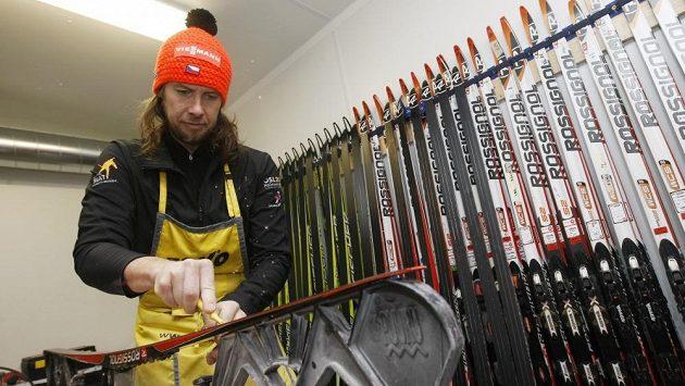 Hlavní servisman českého týmu Němec Danielo Müller při přípravě lyží závodníkům.