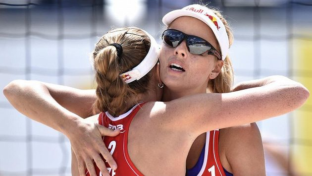 Beachvolejbalistky Kristýna Kolocová (zády) a Markéta Sluková se radují z postupu.