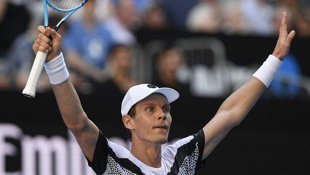 Tomáš Berdych slaví výhru v 1. kole Australian Open.