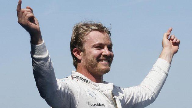 Neměcký pilot Rosberg oslavuje okamžik, na který čekal od začátku sezóny.