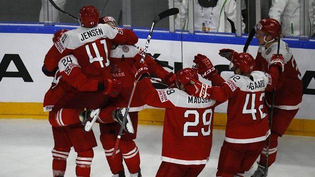 Radost hokejistů Dánska z vítězství nad Německem na světovém šampionátu.
