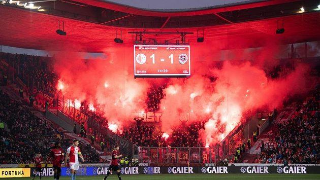 Pyroefekty fanoušků na fotbalovém utkání - ilustrační foto.