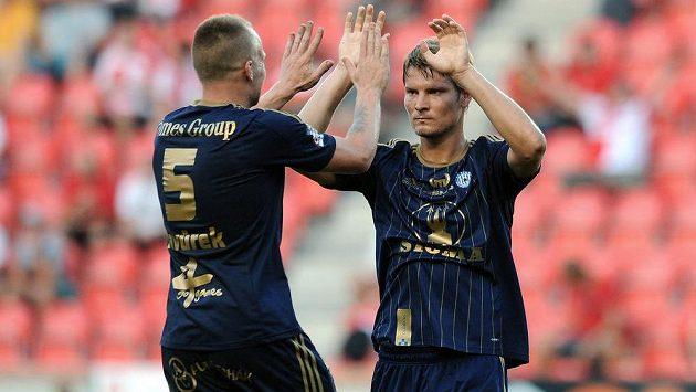 Fotbalisté Sigmy Olomouc Jan Javůrek (vlevo) a Pavel Dreksa slaví vítězství na hřišti pražské Slavie.