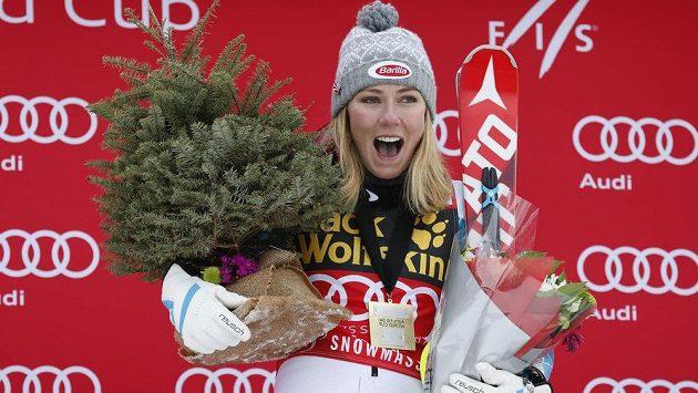 Mikaela Shiffrinová na pódiu po triumfu ve SP v Aspenu.