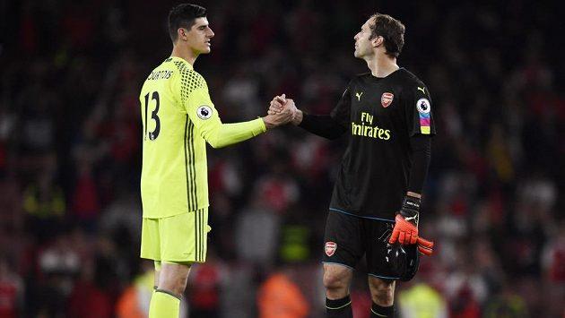 Brankář Chelsea Thibaut Courtois (vlevo) si po zápase podává ruku s gólmanem Arsenalu Petrem Čechem.