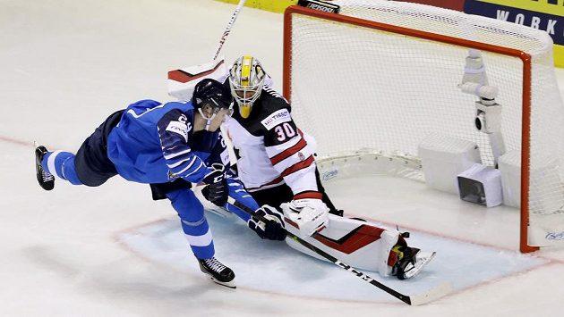 Finský hokejista Kaapo Kakko střílí gól Kanadě v utkání na mistrovství světa.