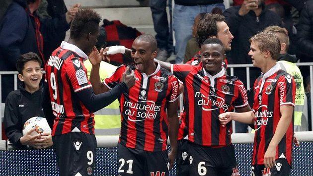 Fotbalisté Nice oslavují branku Ricarda (druhý zleva) ve šlágru kola proti PSG.